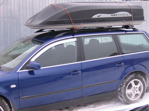 пластиковая лодка на багажнике автомобиля